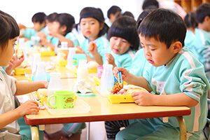 昼食を食べる園児
