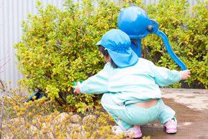 外遊びをする園児