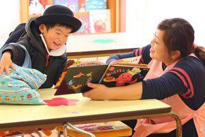 神戸幼稚園 本を読む園児と先生