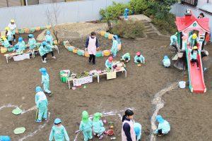 神戸幼稚園 園庭で遊ぶ園児と先生写真