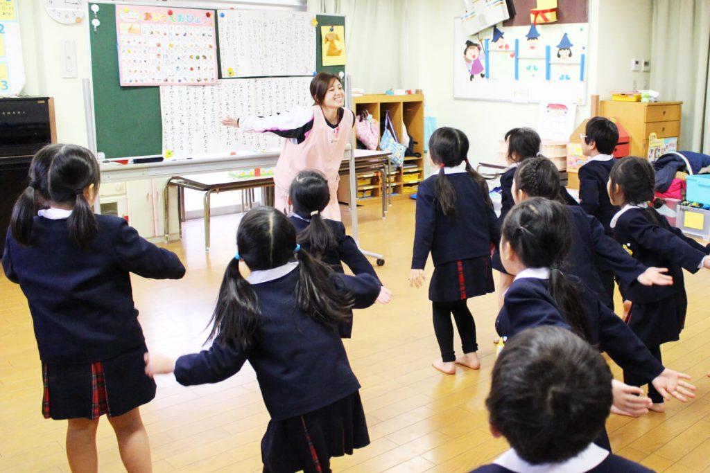 神戸幼稚園 制服の園児たち