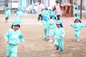 神戸幼稚園 園庭で遊ぶ子どもたち