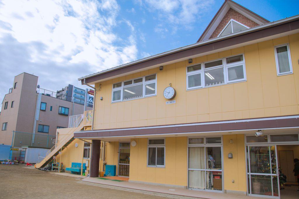 神戸幼稚園 園庭からみる園舎